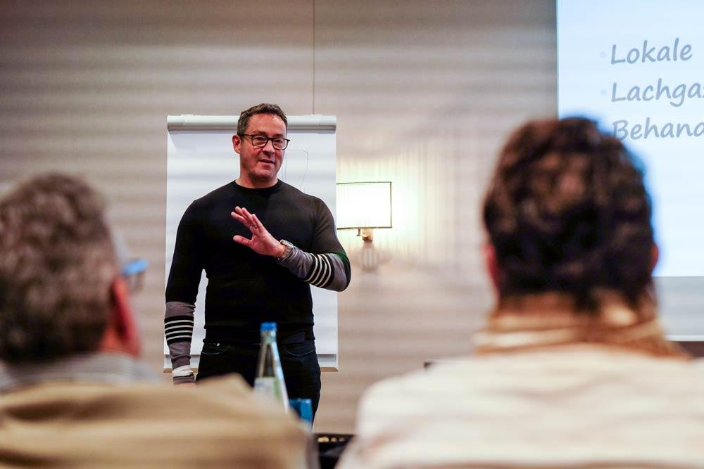 Dr. Harald Hüskens im Gespräch mit Gästen einer Veranstaltung